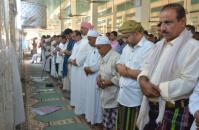 الرئيس الزبيدي وأعضاء بالمجلس الانتقالي يؤدون صلاة الجمعة بالشحر