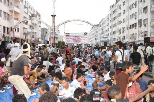 الدائرة الثقافية بالمجلس الانتقالي الجنوبي تقيم مأدبة إفطار جماعي في شارع مدرم بالمعلا