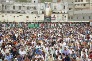 قيادات من المجلس الانتقالي الجنوبي يؤدون صلاة عيد الفطر مع جموع المصلين بملعب باوزير في المعلا