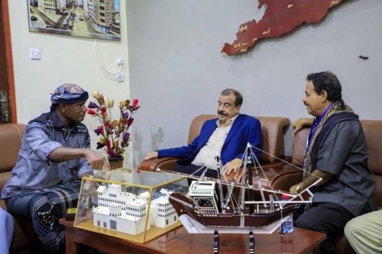 رئيس الجمعية الوطنية يُكرم الفنان التشكيلي محمد بن إسماعيل