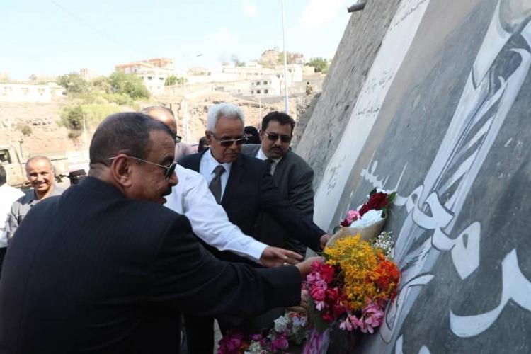 اللواء بن بريك يضع اكليلا من الزهور أحياء لذكرى الشهيد جعفر