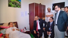 الرئيس الزُبيدي يطمئن على صحة القائد اللواء صالح علي حسن  ويوجه بالاهتمام به