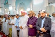 الرئيس الزُبيدي وأعضاء هيئة الرئاسة يؤدون صلاة الجمعة مع جموع المصلين في جامع عمر بالمكلا