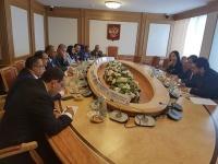 الرئيس الزُبيدي يلتقي رئيس دائرة العلاقات الخارجية في البرلمان الروسي