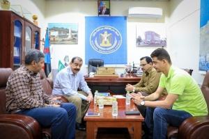 اللواء بن بريك يلتقي الكابتن شرف محفوظ عقب تعيينه رئيساً للجنة الشباب والرياضة بالجمعية الوطنية