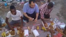 لجنة الإغاثة والأعمال الإنسانية تُقيم مأدبة إفطار  لعمال الصرف الصحي بالعاصمة عدن