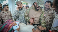 نائب الرئيس يطمئن على صحة جرحى القوات الجنوبية ومنتسبي الحماية الرئاسية ويوجّه بنقل الحالات الصعبة لتلقي العلاج في الخارج