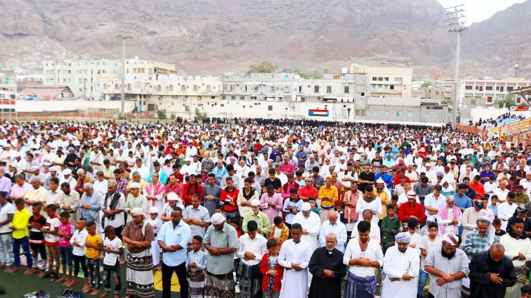 جموع غفيرة من أبناء العاصمة عدن يؤدون صلاة عيد الأضحى بملعب الفقيد باوزير في المعلا