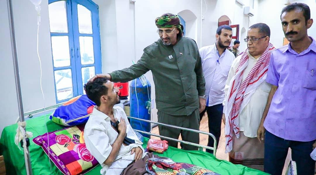 الرئيس الزُبيدي يتفقد أحوال جرحى القوات الجنوبية ومنتسبي الألوية الرئاسية بمستشفى باصهيب