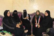 فريق من الأمانة العامة يتفقد أم الشهداء الثلاثة بالعاصمة عدن