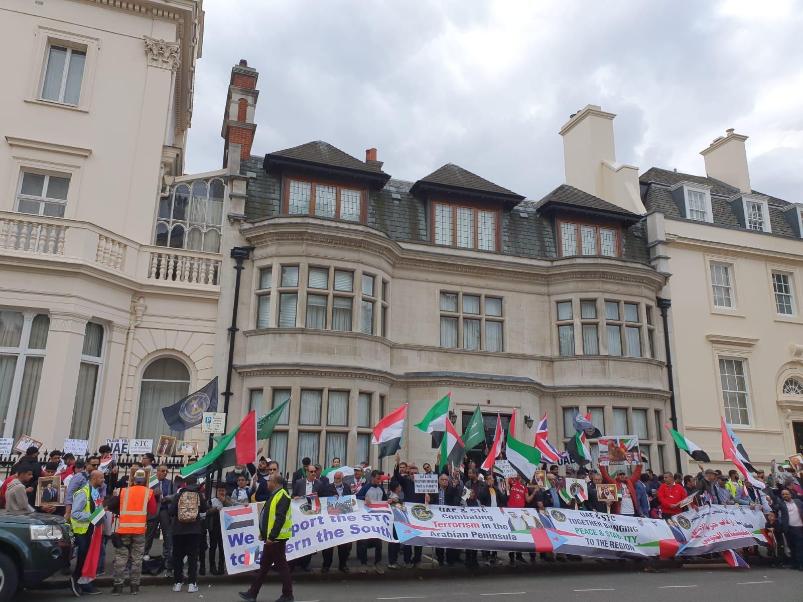 مظاهرة حاشدة للجالية الجنوبية أمام السفارة الإماراتية في لندن دعماً للشعب الجنوبي ووفاءً للتحالف العربي