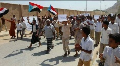 مسيرة حاشدة بالقطن تندد باقتحام ونهب مقر انتقالي المديرية