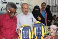 انتقالي حضرموت و مؤسسة صح يدشنان توزيع الحقيبة المدرسية