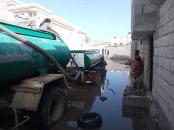 لجنة الإغاثة بانتقالي الشيخ عثمان تواصل شفط مياه الأمطار من أحياء وشوارع المديرية
