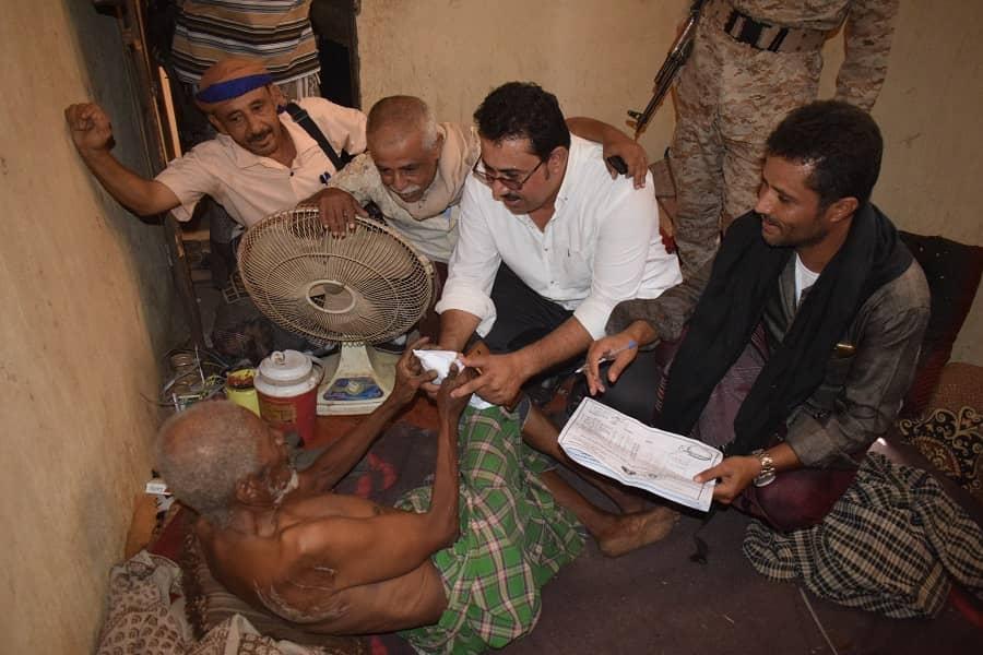 رئيس انتقالي لحج يُدشن توزيع المساعدات على المتضررين من الأمطار في الحوطة