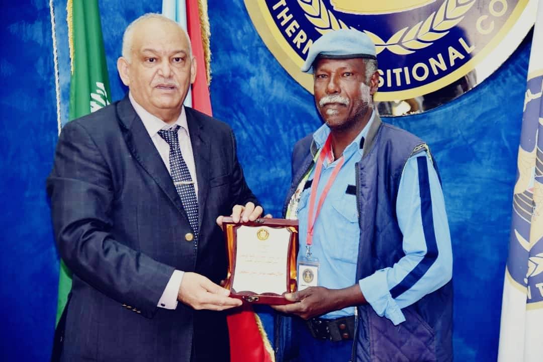 المجلس الانتقالي الجنوبي يُكرم رجل المرور  المثابر جلال بن سنان