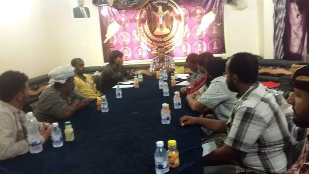 نائب رئيس انتقالي المهرة يترأس اجتماعاً لمدراء إدارات المراكز المحلية بمديرية الغيضة