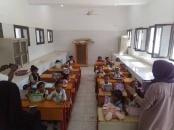 إدارة المرأة والطفل بانتقالي لحج توزع وسائل تعليمة على طالبات مدرسة 26 سبتمبر بمنطقة الخداد