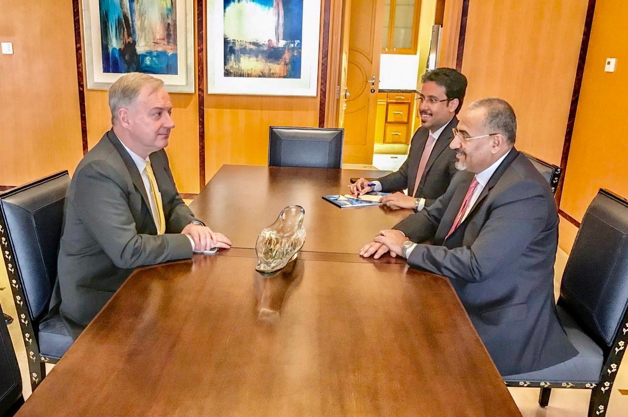 الرئيس القائد عيدروس الزُبيدي يلتقي سفير الولايات المتحدة الأمريكية لدى اليمن والوفد المرافق له