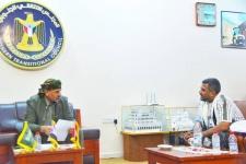 الرئيس الزُبيدي يناقش مع مشبق الأوضاع في مديرية المعلا