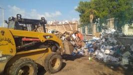 برعاية انتقالي العاصمة عدن.. صندوق النظافة يزيل القمامة والمخلفات المتراكمة بسور كلية الطب