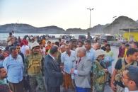 الوالي والسقطري يطمئنان على صحة الصياد الجريح فاهم عبدالرحمن