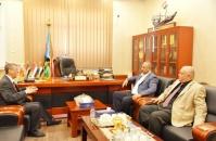 الرئيس الزُبيدي يبحث مع رئيس غرفة تجارة وصناعة عدن آليات وسُبل استقرار الأسعار