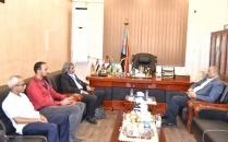 الرئيس الزبيدي يلتقي مستشار مبعوث الامم المتحدة لليمن