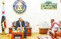 الرئيس الزُبيدي يلتقي بوالد الشهيد وضاح البدوي
