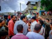 اللواء السقطري يتفقد الأحياء المتضررة من سيول الأمطار في مديرية المعلا
