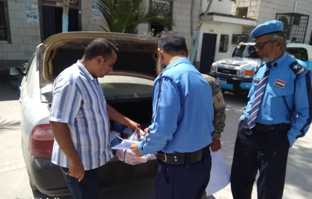 لجنة الإغاثة والأعمال الإنسانية تدعم شرطة السير بالعاصمة عدن بكمية من المستلزمات الوقائية