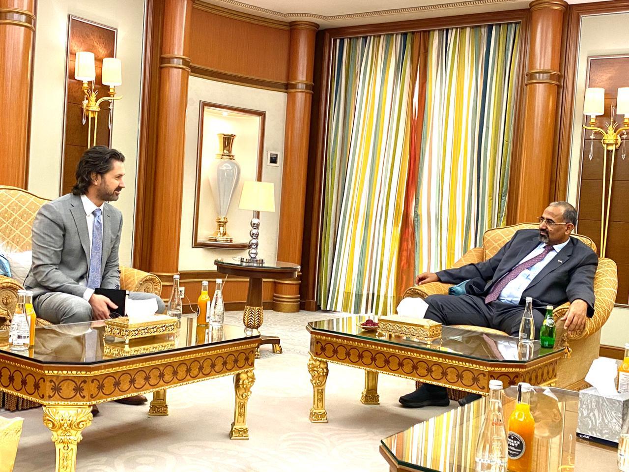 الرئيس القائد عيدروس الزُبيدي يستقبل مسؤولين من بعثة المملكة المتحدة