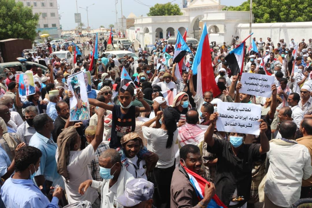 وقفة احتجاجية حاشدة في المكلا للمطالبة بالإدارة الذاتية لشؤون حضرموت