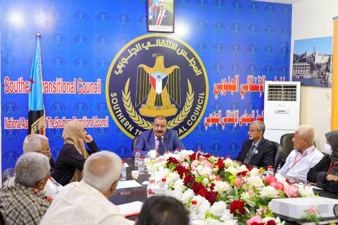 رئيس الإدارة الذاتية يعقد اجتماعاً موسعاً مع المختصين في مكتب الصحة العامة وعدد من المستشفيات بالعاصمة عدن