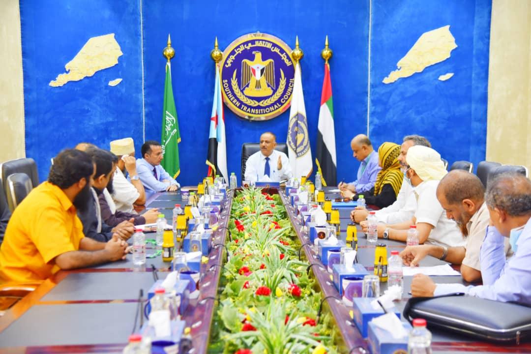 الدكتور عبدالسلام حُميد يناقش مع أعضاء جمعية الصرافين بعدن مشكلة أنهيار قيمة العملة المحلية