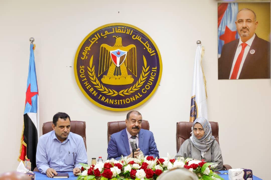 رئيس الإدارة الذاتية يلتقي بعدد من شيوخ القبائل والوجهاء والشخصيات الاجتماعية من وادي وصحراء حضرموت