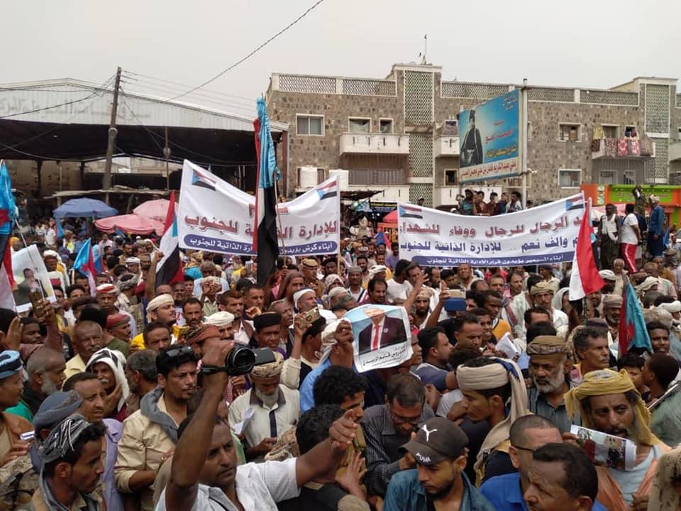 الآلاف يتظاهرون في لحج تأييدا للإدارة الذاتية وتنديداً بفساد السلطة المحلية