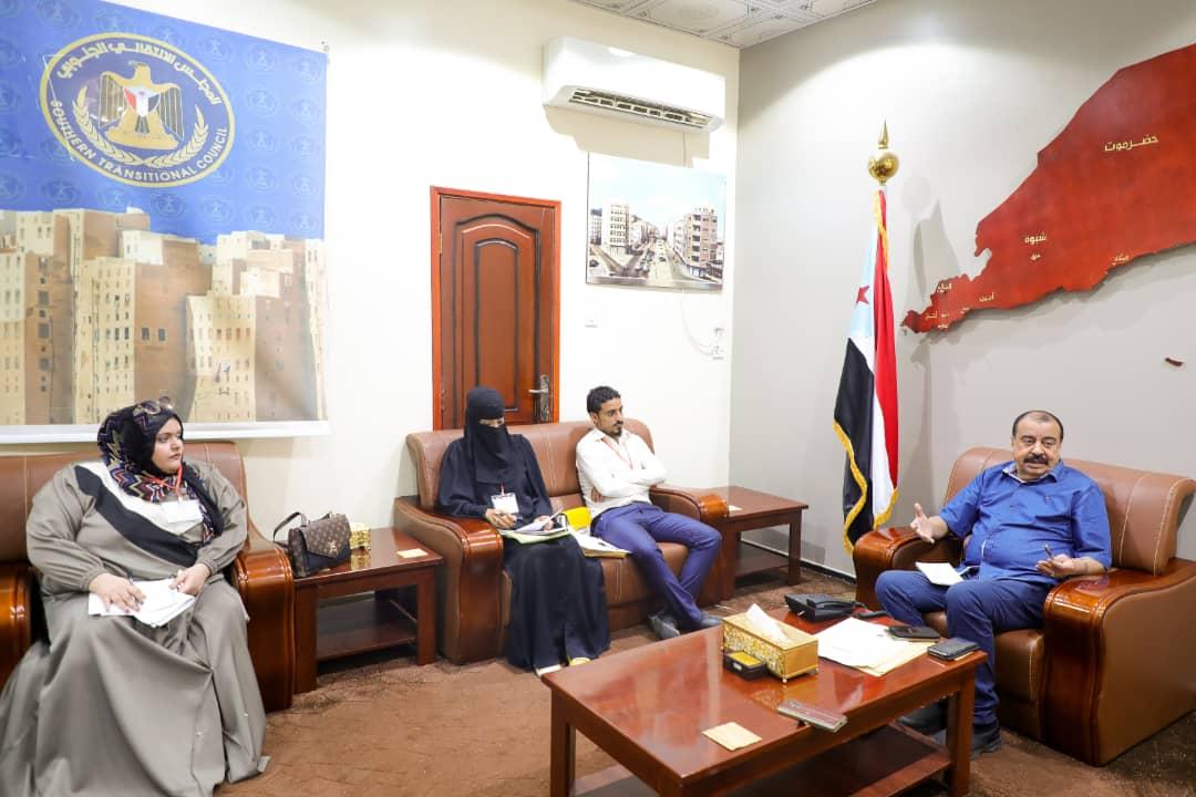 رئيس الإدارة الذاتية يلتقي عدداً من أعضاء منتدى التنمية السياسية في عدن