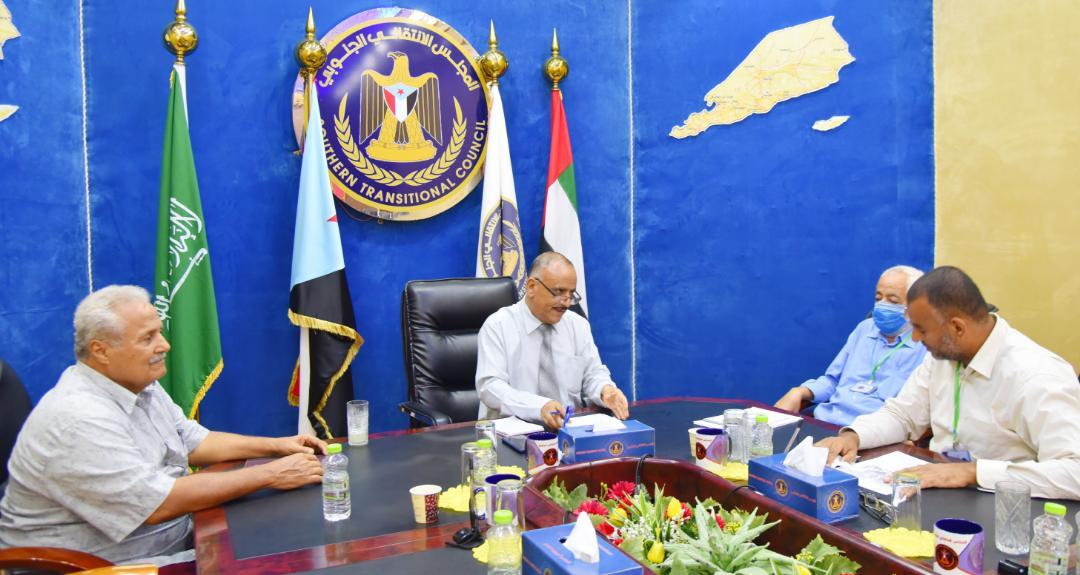 رئيس اللجنة الاقتصادية العُليا يناقش أوضاع المياه في العاصمة عدن