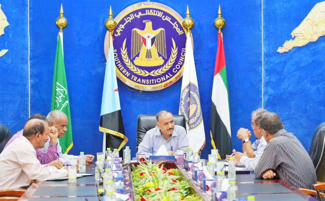 رئيس اللجنة الاقتصادية العُليا يناقش مع ممثلين عن قيادة مصافي عدن مقترحات لتحسين إيراداتها