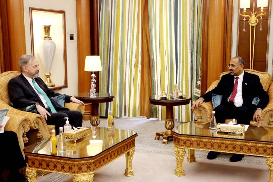 خلال استقباله سفير الولايات المتحدة الأمريكية: الرئيس القائد عيدروس الزُبيدي يشدد على تنفيذ آلية تسريع اتفاق الرياض