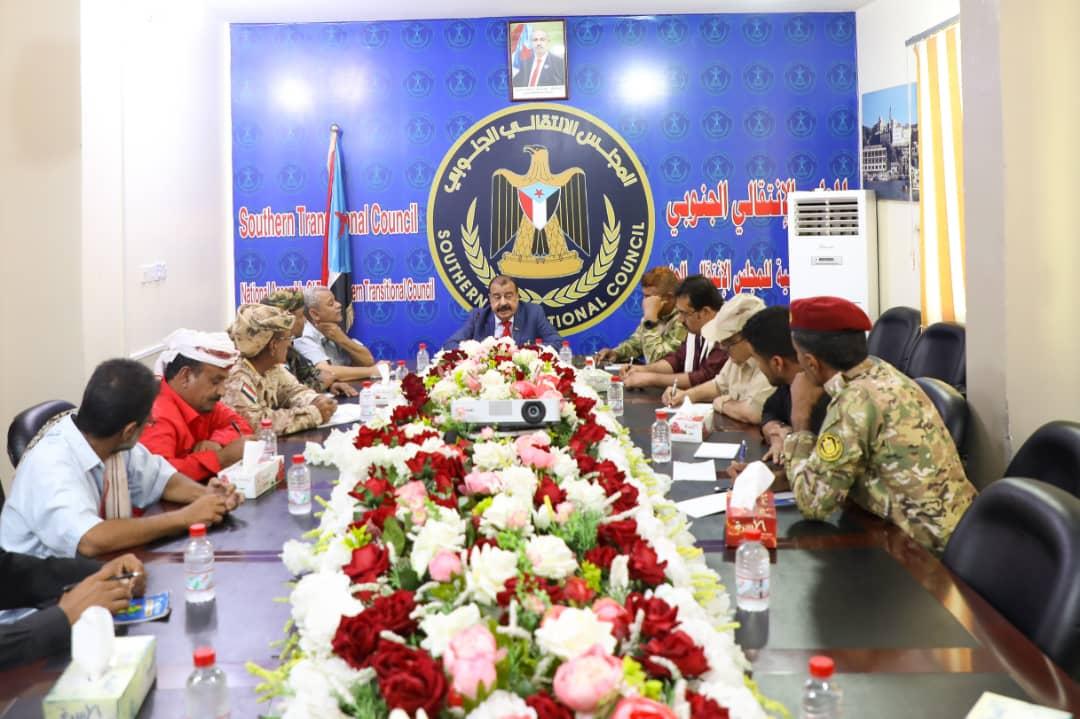اللواء بن بريك يلتقي بقيادات عسكرية وأمنية بمحافظة لحج