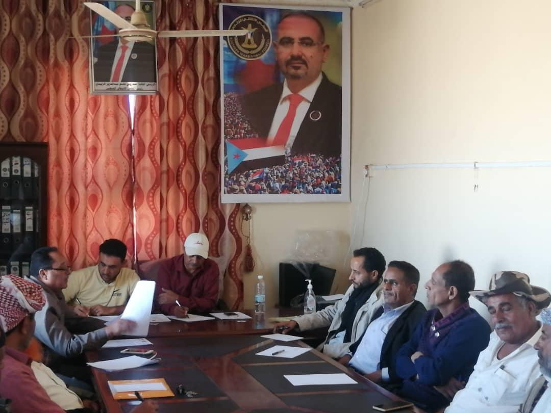 تنفيذية انتقالي مديرية الحُصين تعقد اجتماعا استثنائيا برؤساء اللجان المحلية في المراكز