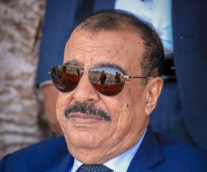 اللواء بن بريك يُعزّي بوفاة أركان لواء الأحقاف العميد علي سالم باراس