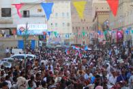 بالاعلام الجنوبية وصور الرئيس الزُبيدي.. اهالي مدينة القطن يستقبلون نجوم الشعر وفرق الألعاب الشعبية بحضرموت