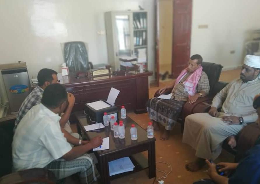 بلحاف يناقش مع مدير مكتب التخطيط بمحافظة المهرة آلية توزيع المساعدات المقدمة من برنامج الغذاء العالمي