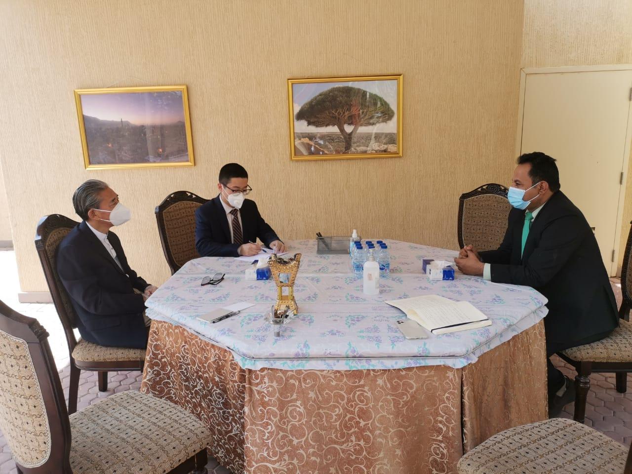 ممثل خارجية الانتقالي الشبحي يناقش مع السفير الصيني المستجدات على الساحة السياسية