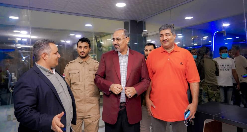 الرئيس الزُبيدي يتفقد سير العمل في وحدة الإذاعة والتلفزيون التابعة للمجلس الانتقالي بالعاصمة عدن