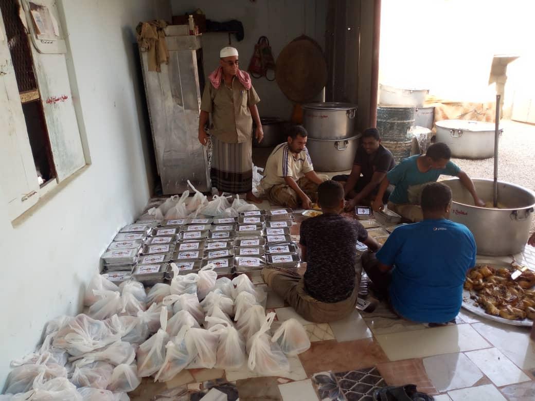 انتقالي ساه يختتم مبادرة إفطار صائم بتوزيع الوجبات في مركز رسب