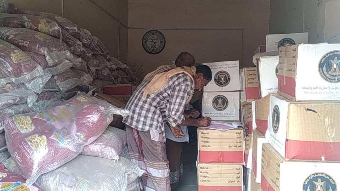 انتقالي خنفر يدشن مشروع توزيع السلال الغذائية لأسر الشهداء بالمديرية